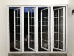 Jendela double swing dengan pemanis kaca