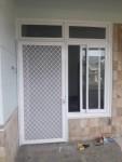 Pintu kawat nyamuk dengan kusen alumunium