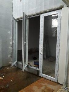 Pintu swing dan jendela swing gendong