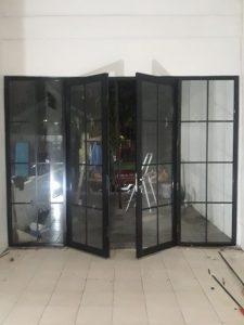 Pintu double swing alumunium warna hitam